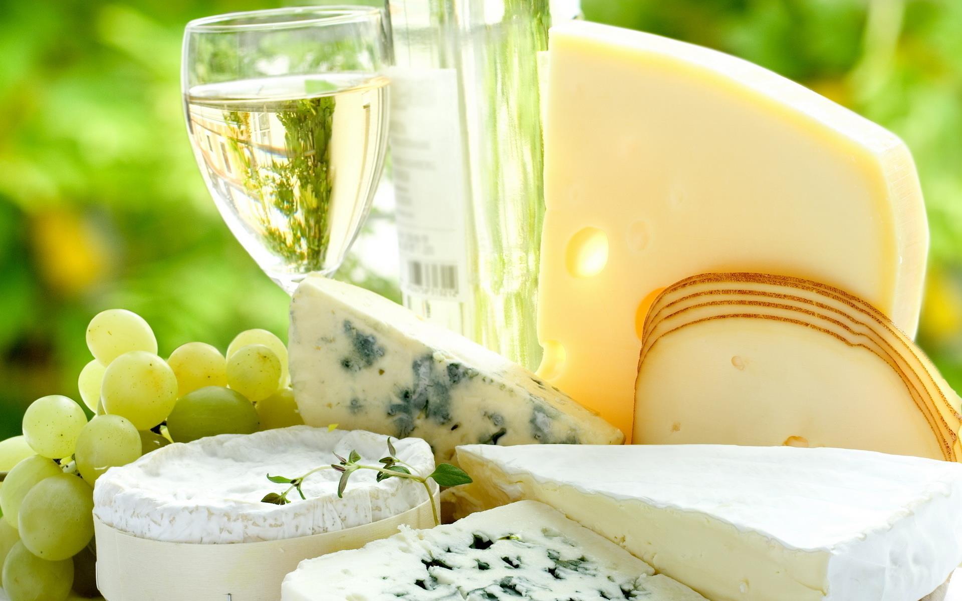 Белое вино, сыр и виноград