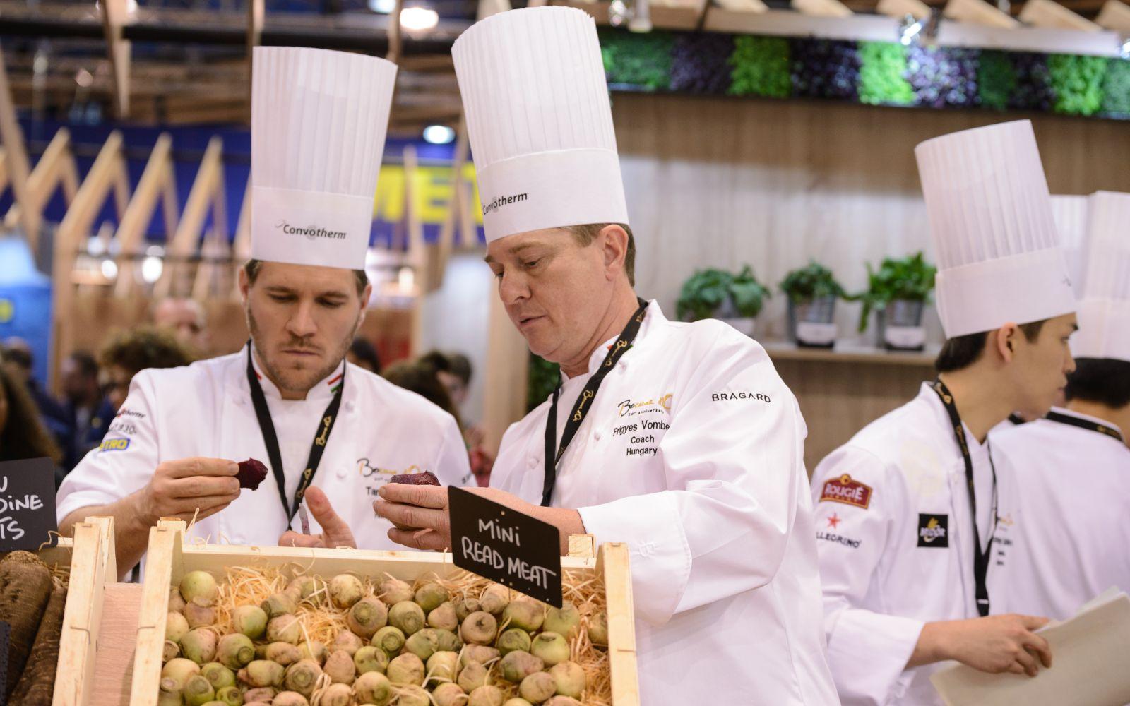 Отбор исходных продуктов строго определенного размера – важный момент работы участников конкурса. Источник http://www.femcafe.hu/
