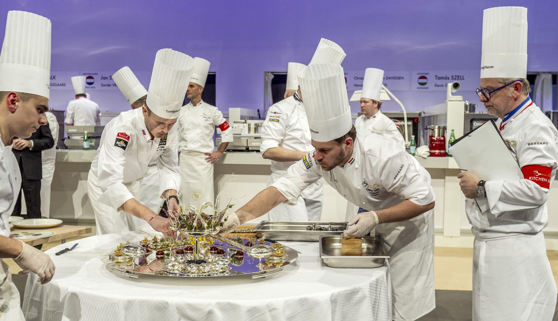 Судья строго следит за соблюдением всех правил при «сборке» конкурсного блюда. Источник http://static.regon.hu/