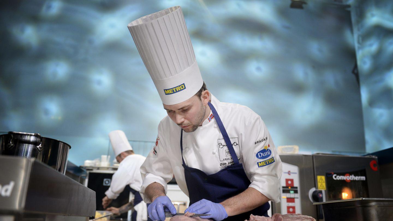 Норвежский повар снимает тончайший наружный слой с куриной грудки. Источник http://sa.mnocdn.no/