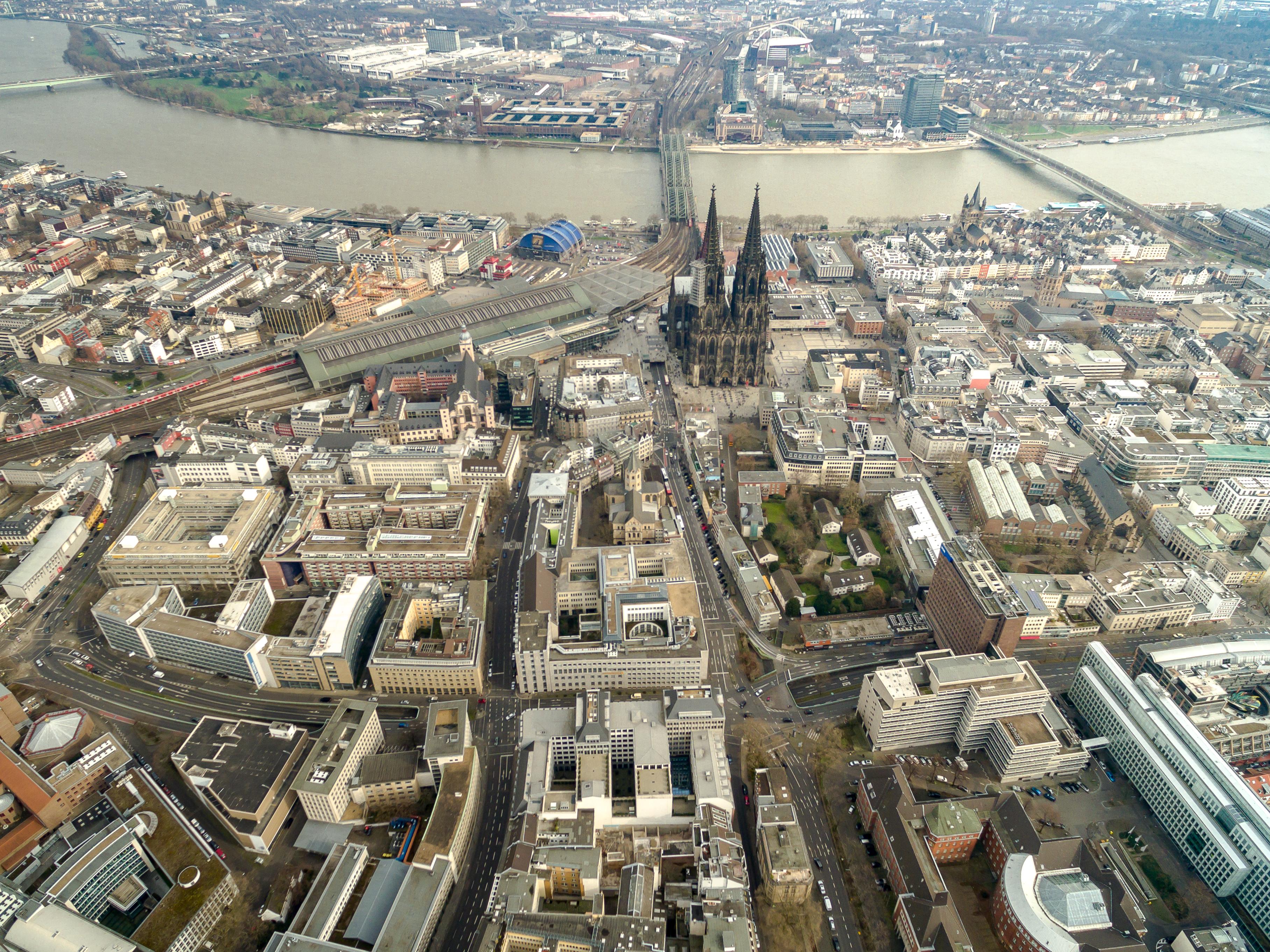 Кёльнский собор является архитектурной доминантой исторического центра города.