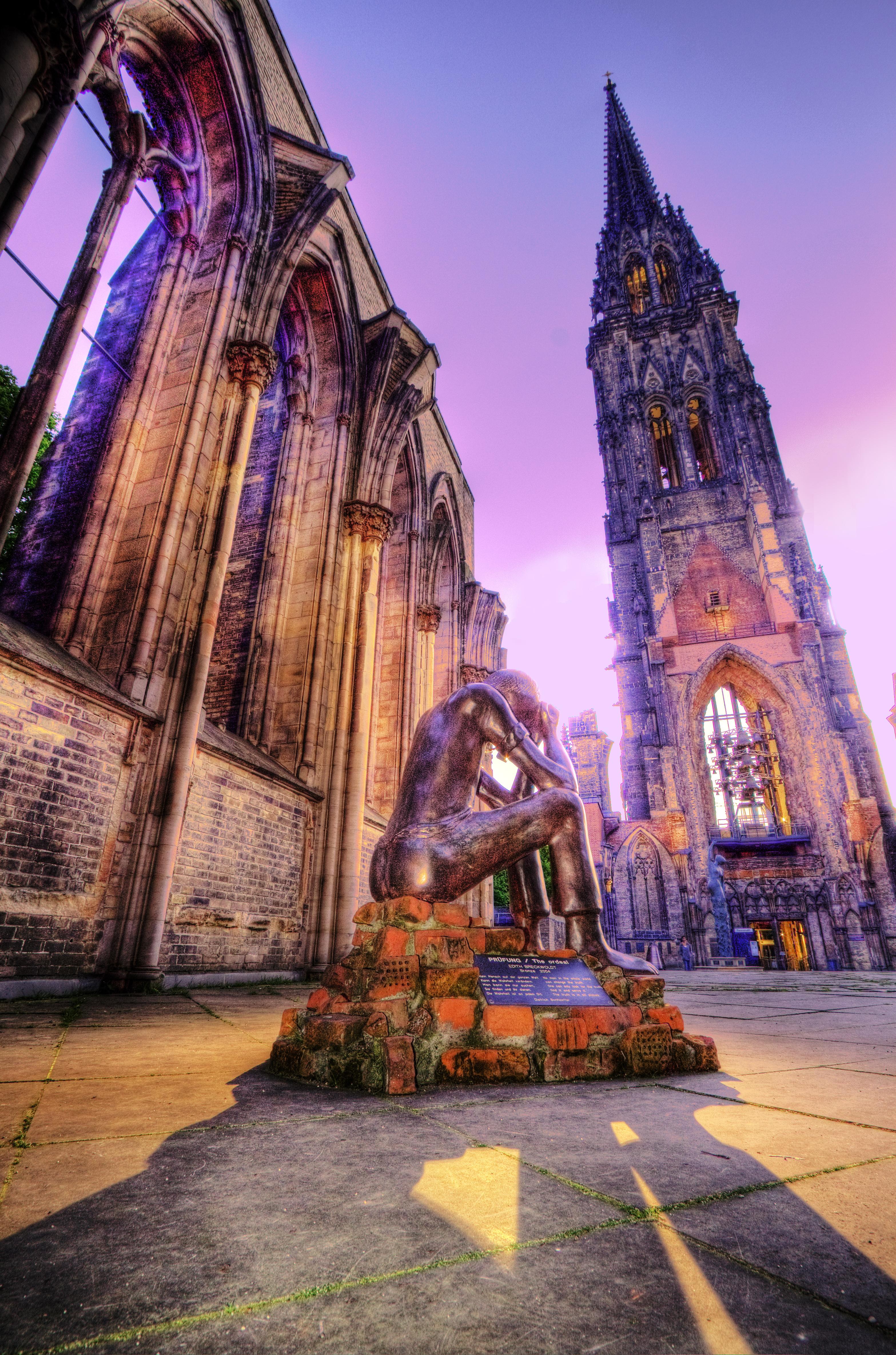 Вместе с установленными неподалеку скульптурами пострадавший в результате бомбежек Собор Святого Николая стал уникальным памятником, кричащим о безумии мировой войны.