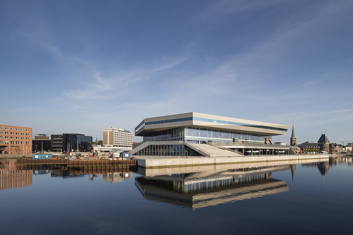 Внешне здание библиотеки напоминает корабль, справа от которого – историческая часть Орхуса со старыми зданиями, а слева – царство современной архитектуры.