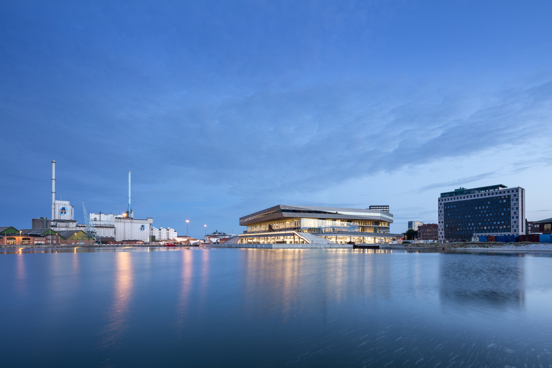Библиотека стала архитектурной доминантой набережной Орхуса.