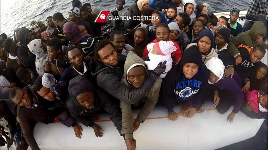 Мигранты из Африки, обнаруженные итальянской береговой охраной. Фото Береговой охраны Италии.