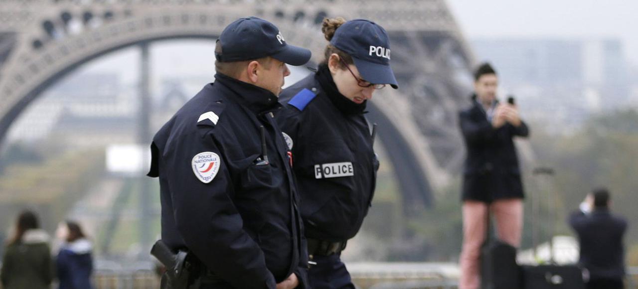 Полицейские стали привычными персонажами в самых популярных туристических местах Парижа.