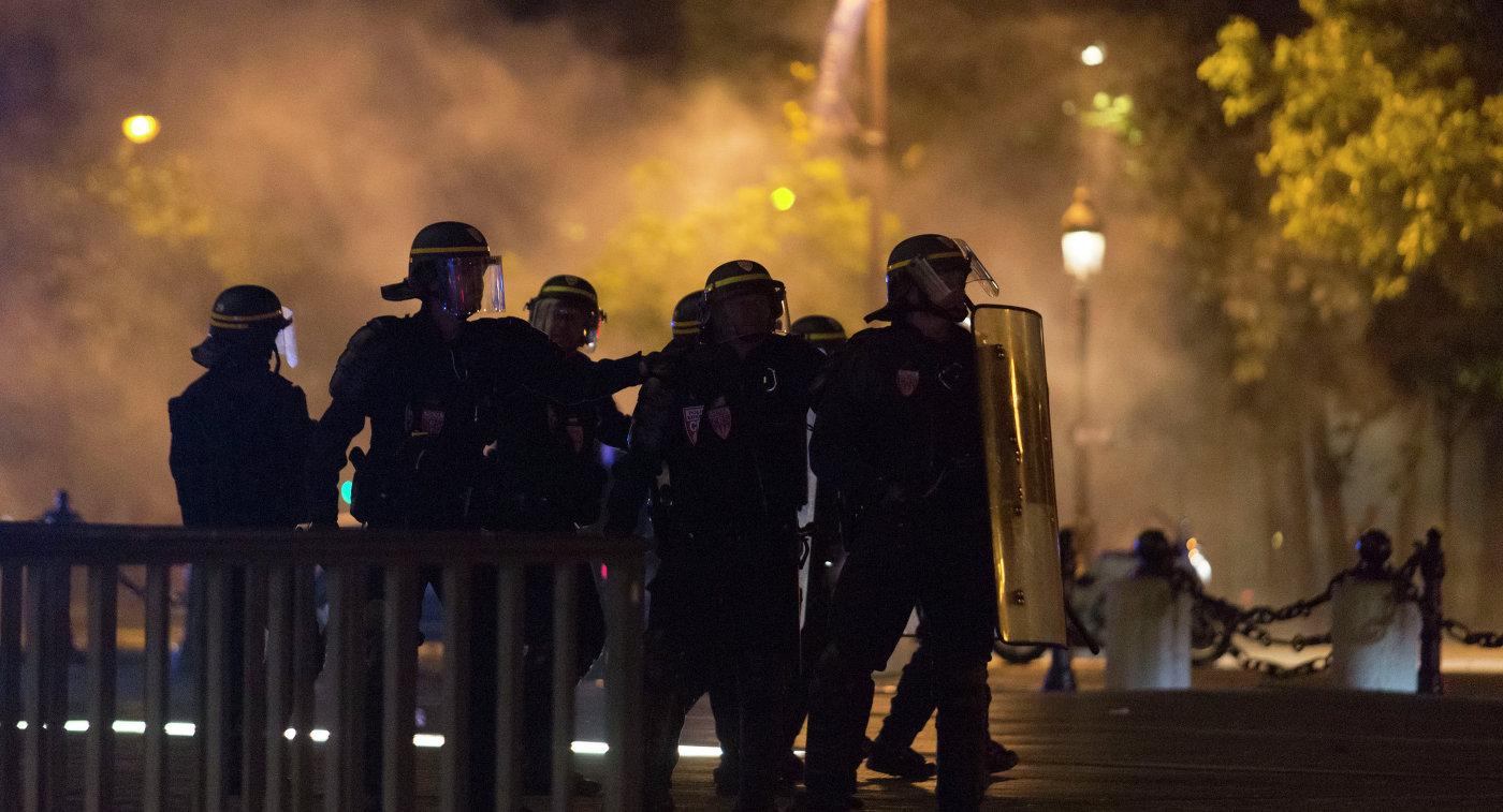 Французским полицейским приходится нести службу и по ночам.