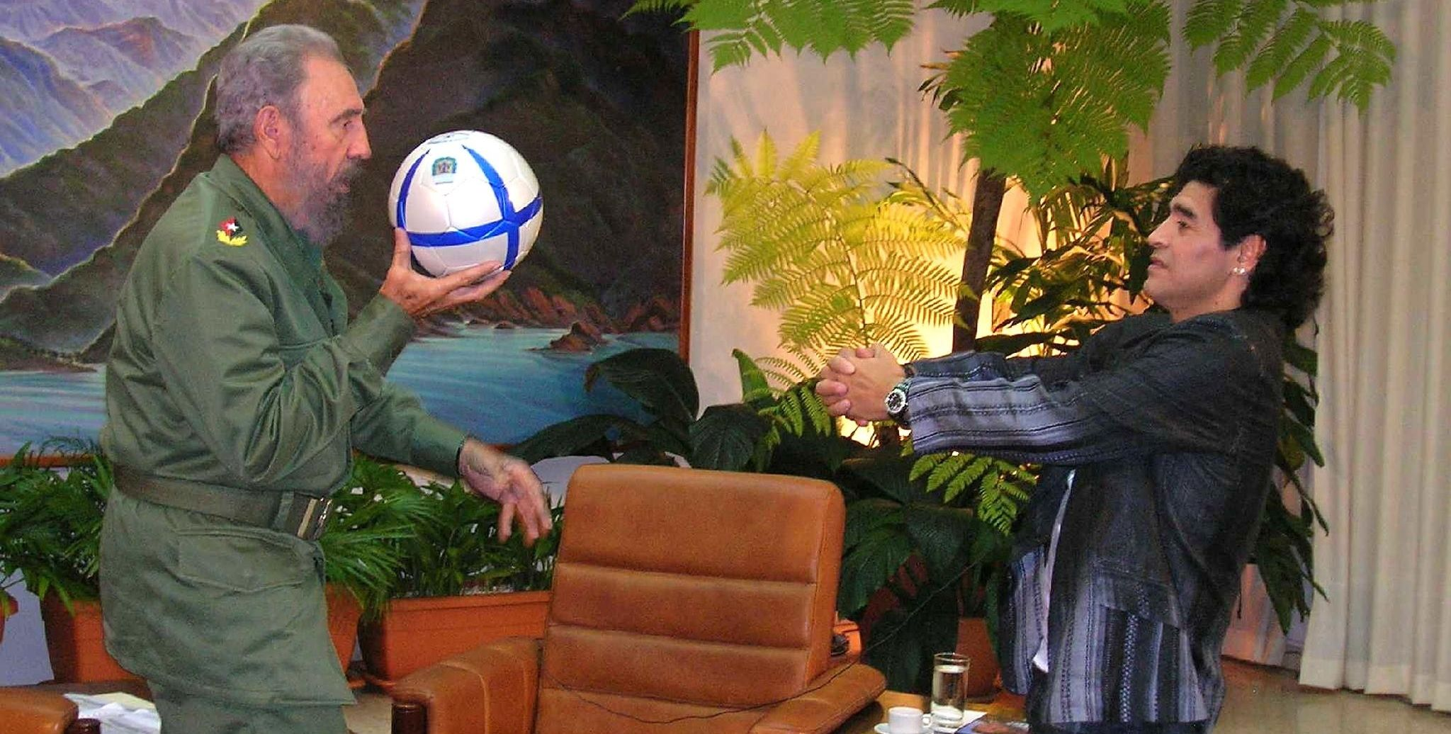Фидель Кастро и Диега Марадона перебрасываются футбольным мячом.