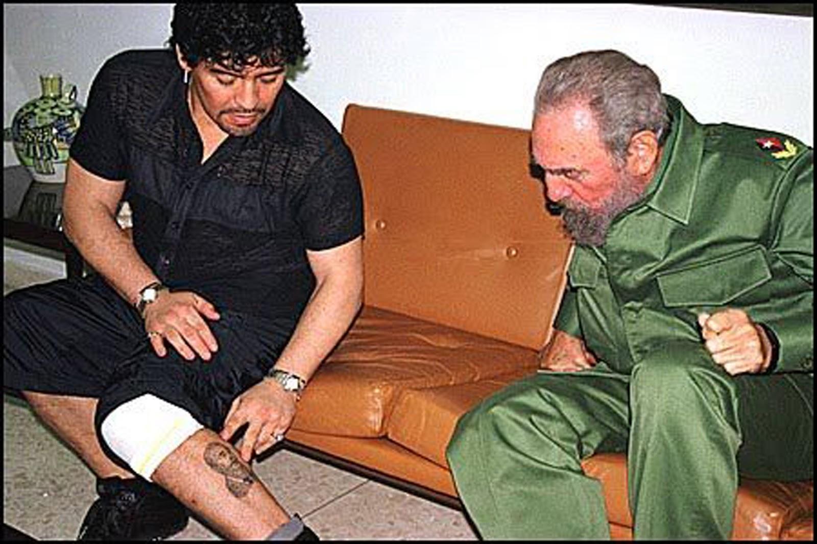 Марадона показывает Фиделю татуировку на ноге.