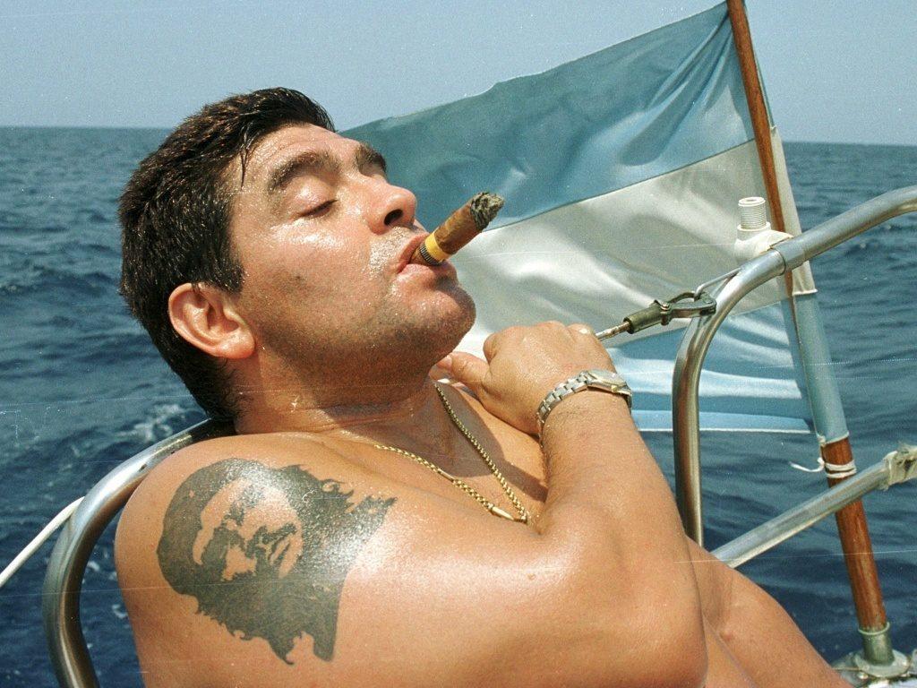 Марадона курит кубинскую сигару и демонстрирует татуировку Че Гевары.