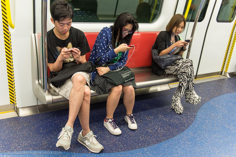 Дешевая мобильная связь в Гонконге вкупе с повсеместным доступом в Интернет сделало этот город самым «мобилизованным» в мире. На фото: типичная сцена в Гонконгском метро.