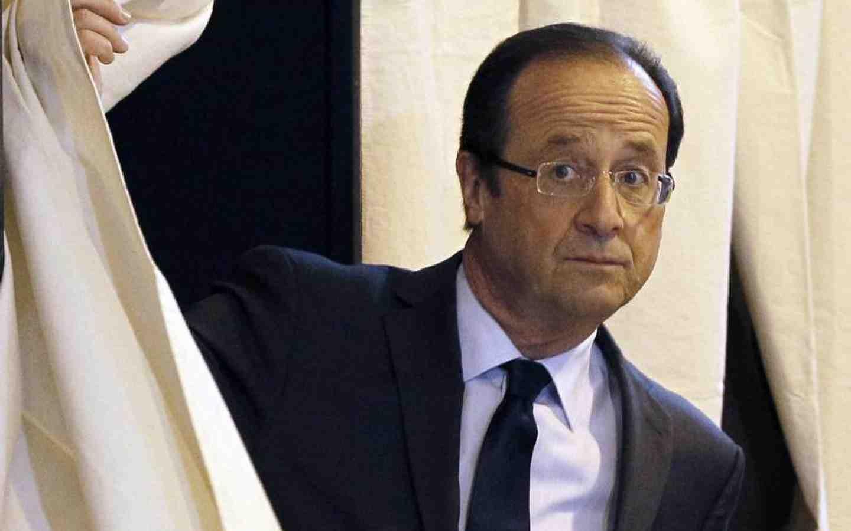 Франсуа Олланд пока остается в роли наблюдателя, не вступая в активную предвыборную борьбу.