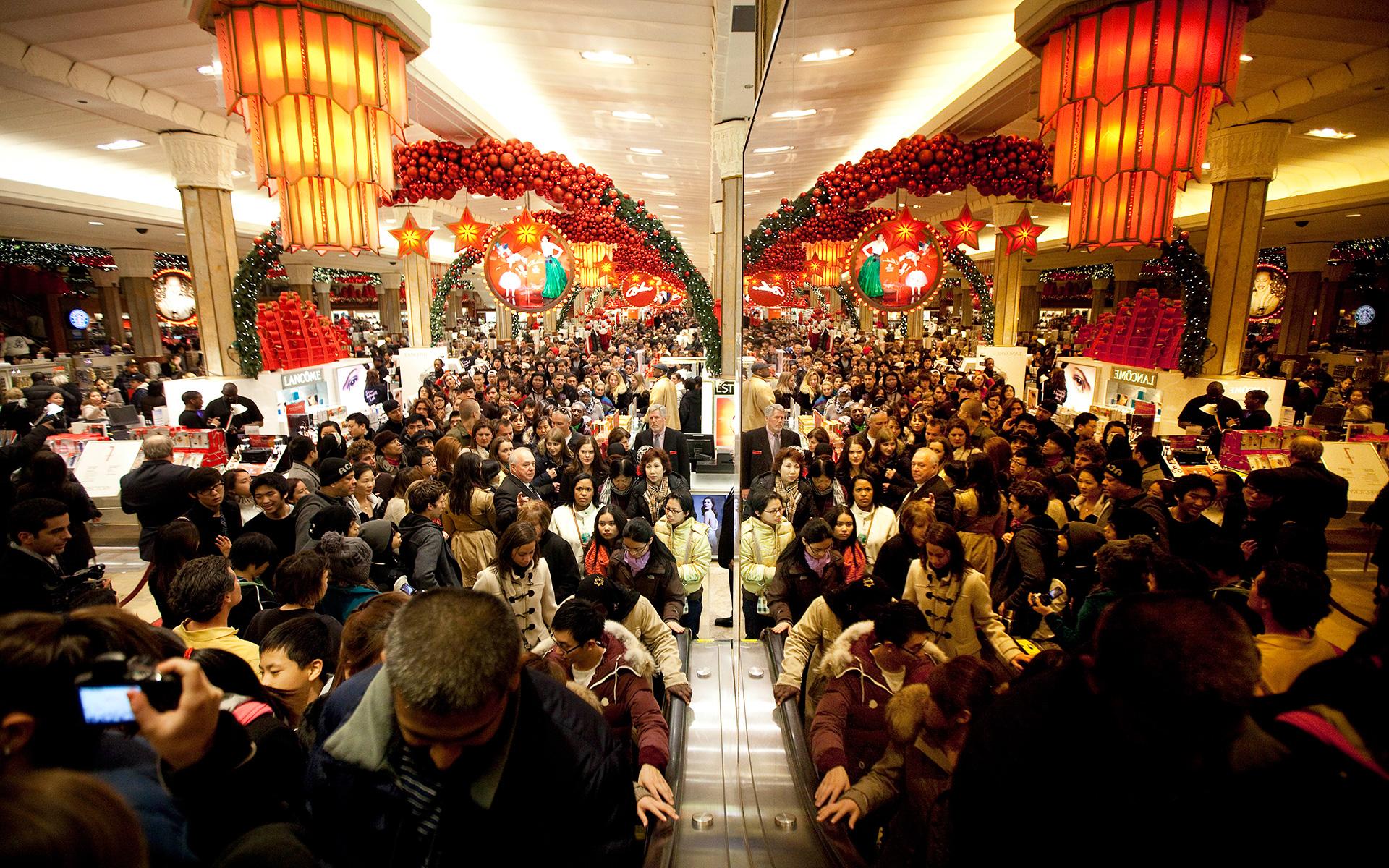 Так выглядели магазины год назад. В этом году ожидается еще больший ажиотаж.