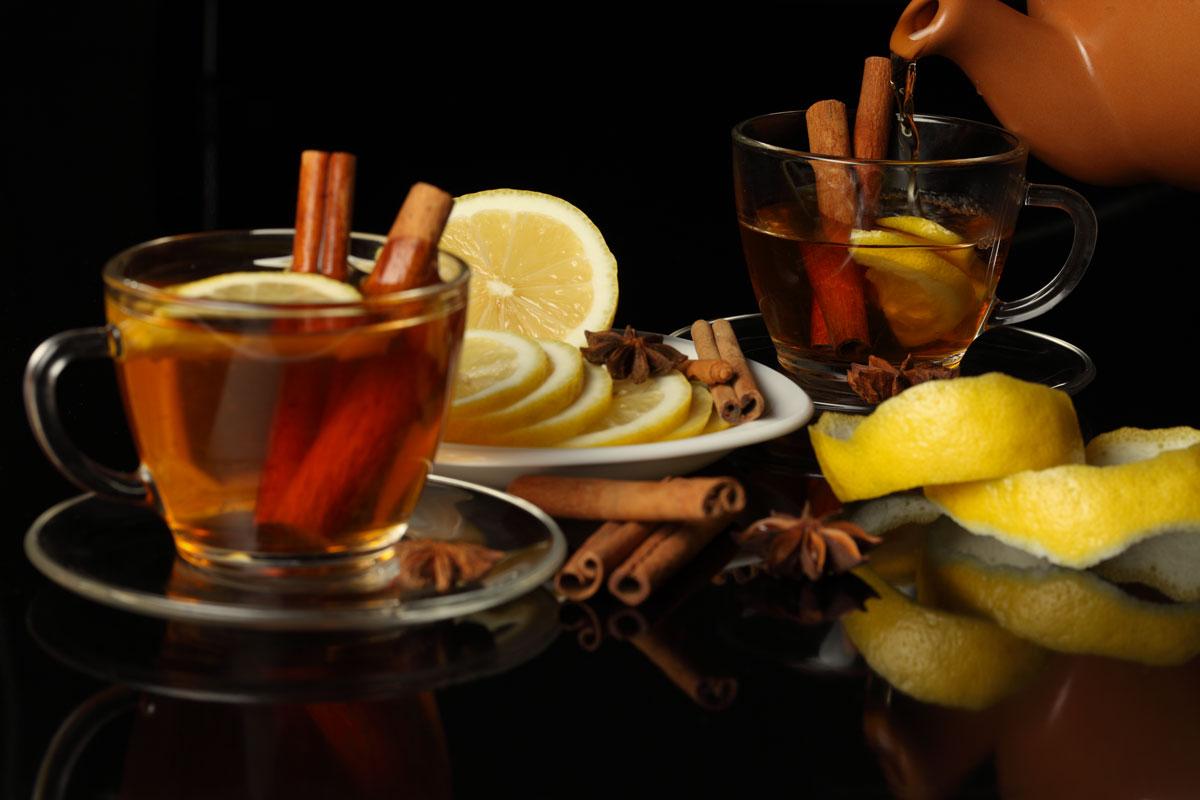 Более строгие сторонники традиций предпочитают чай с корицей и лимоном.