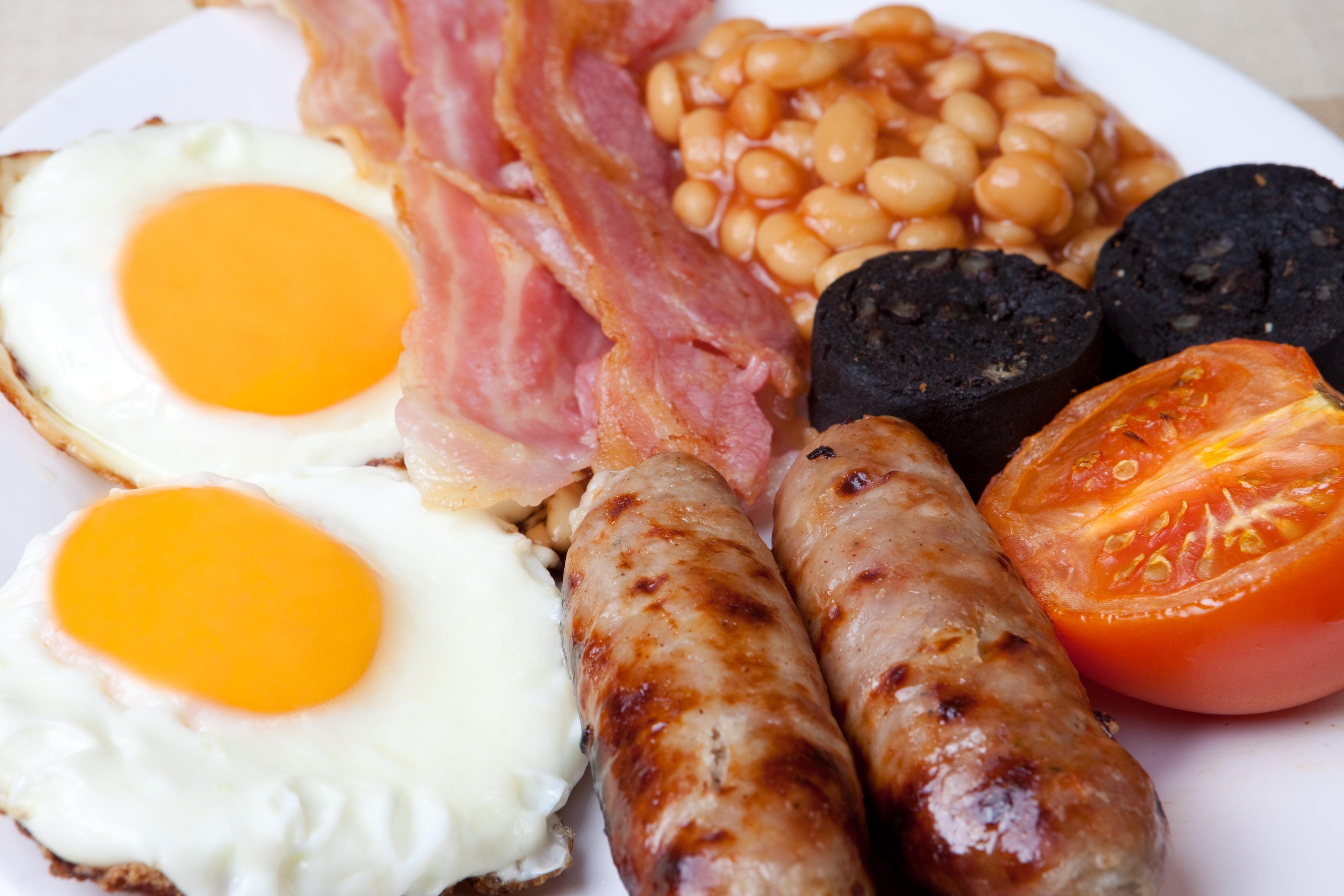 Так выглядит традиционный английский завтрак, сфотографированный туристом.
