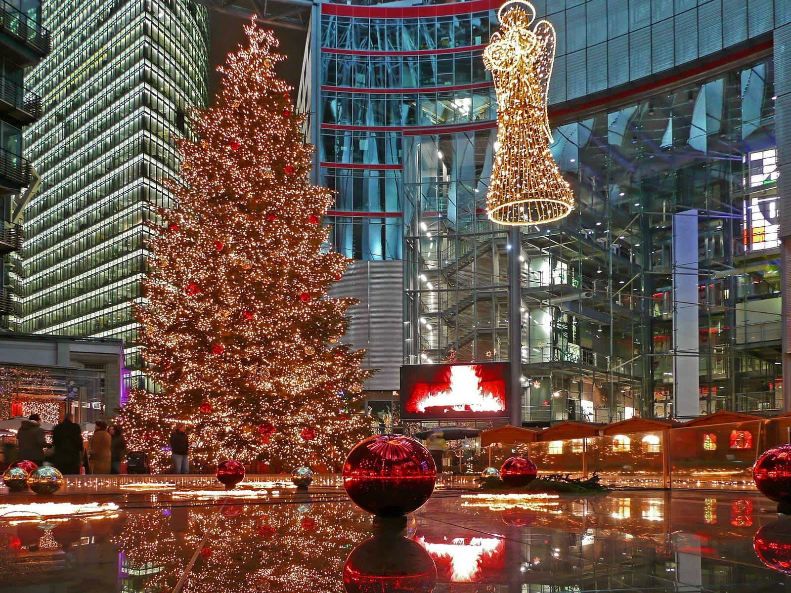 В современных кварталах также встречают Рождество.