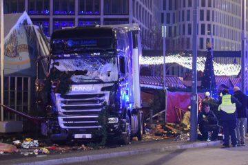 На этом фото за грузовиком ясно видна иллюминация Рождественского рынка.
