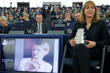 Марен Абэ с призом за лучшую режиссуру узнаёт о победе «Тони Эрдмана» в номинации «Лучший европейский фильм»