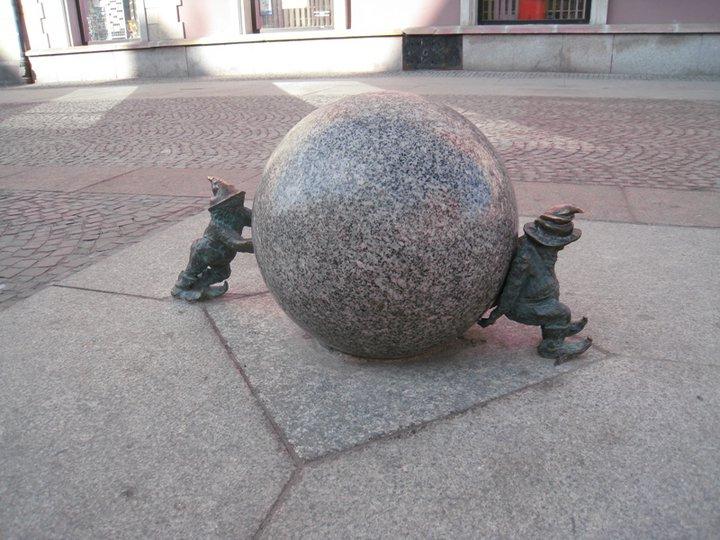 """Это """"сизифки"""". Они старательно катят камень, но в разные стороны. Фото Ивана Юдинцева. Источник: https://www.facebook.com/ivan.yudintsev/"""