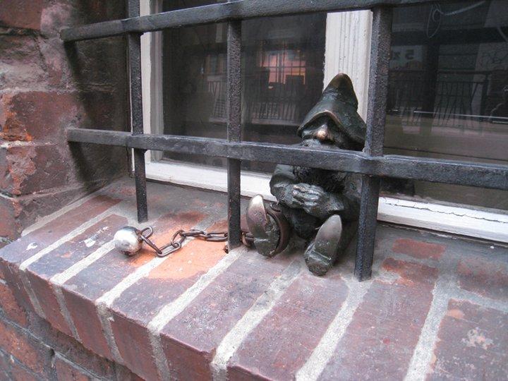 Это заключенный. Тут был выбор - или просто зарешетить окно на первом этаже в узкой улочке, или превратить решетку в арт-объект. Фото Ивана Юдинцева. Источник: https://www.facebook.com/ivan.yudintsev/