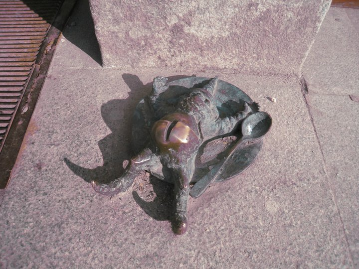 Этот уже объелся, свалился прямо в тарелку и греет пузо на солнышке. Фото Ивана Юдинцева. Источник: https://www.facebook.com/ivan.yudintsev/
