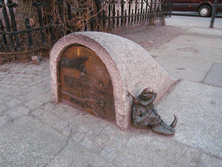А это стражник охраняет вход в подземный город гномов. Только потише, он сейчас спит. Фото Ивана Юдинцева. Источник: https://www.facebook.com/ivan.yudintsev/