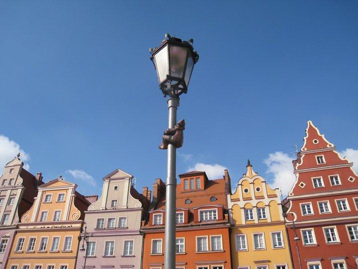 А этот гном вскарабкался на фонарь на рыночной площади. Фото Ивана Юдинцева. Источник: https://www.facebook.com/ivan.yudintsev/