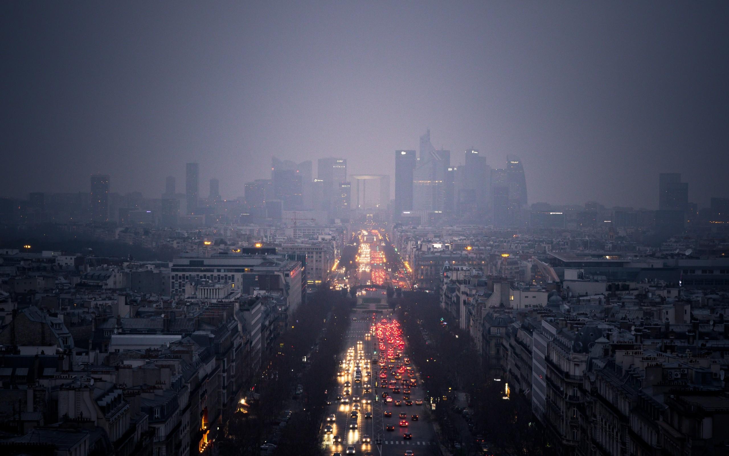 Ночью в Париже хорошо видны и смог, и многочисленные автомобили.