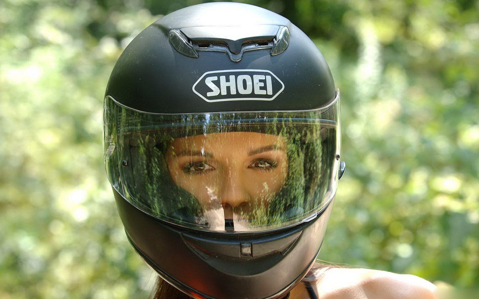 В таком шлеме в общественное место нельзя.