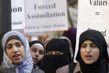 Многое перепуталось в современной Европе. На фото: мусульманские женщины проводят вполне европейский митинг против принудительной ассимиляции.