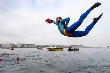 Супермен парит над самой поверхностью Женевского озера под изумленными и даже тревожными взглядами спасателей.