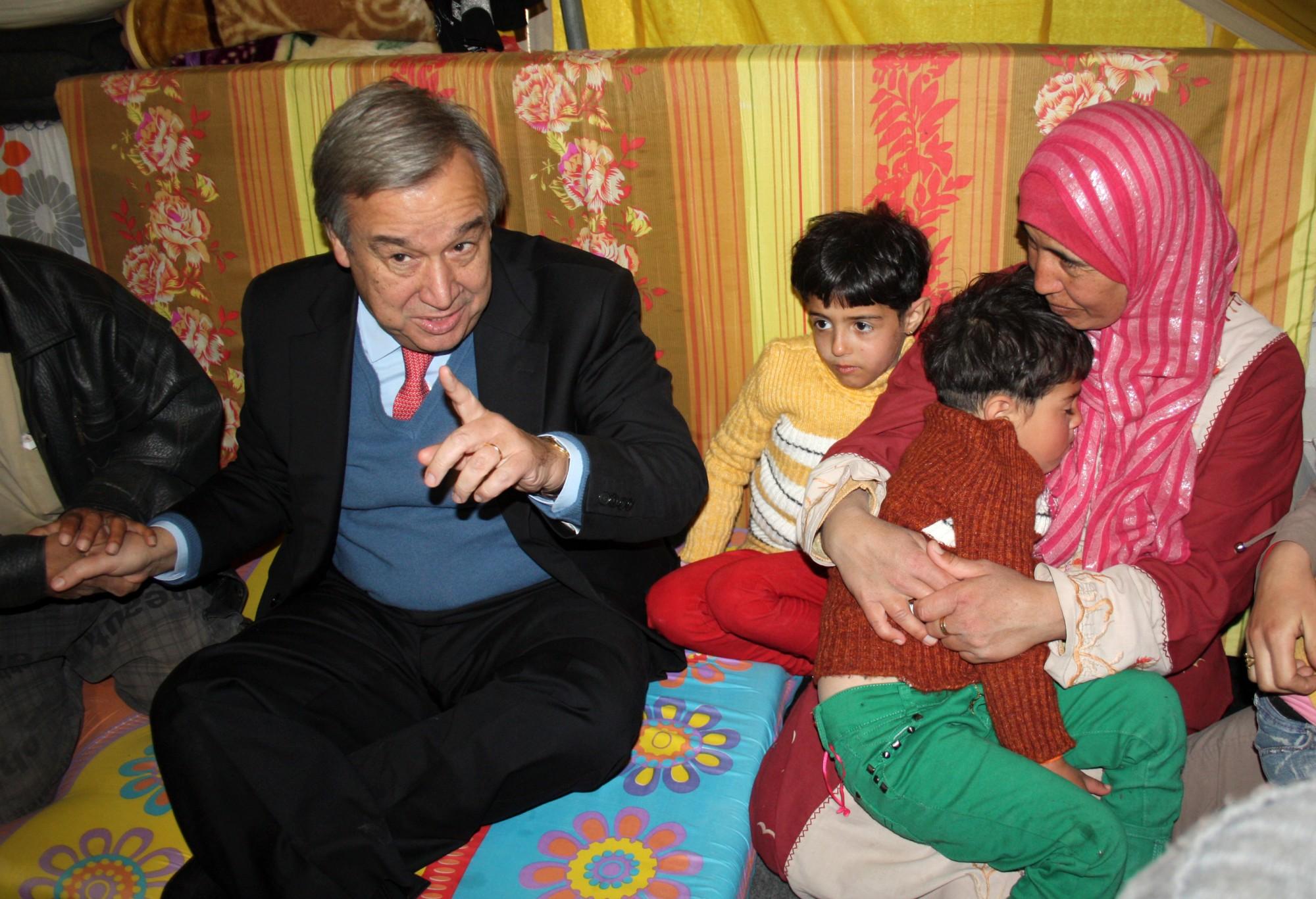 Верховный комиссар ООН по делам беженцев Антониу Гуттериш посещал лагеря беженцев и одинаково активно работал как «в поле», так и за столом переговоров. Источник https://euromag.ru/