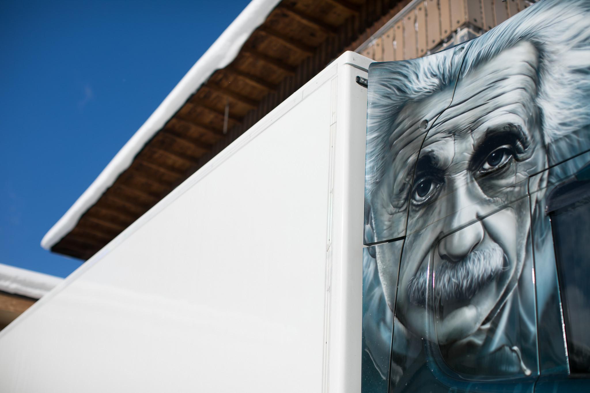 Инсталляция, посвященная Эйнштейну, созданная в Давосе по другому случаю, пришлась очень кстати, напоминая об относительности оценок и прогнозов. Источник https://assets.weforum.org/