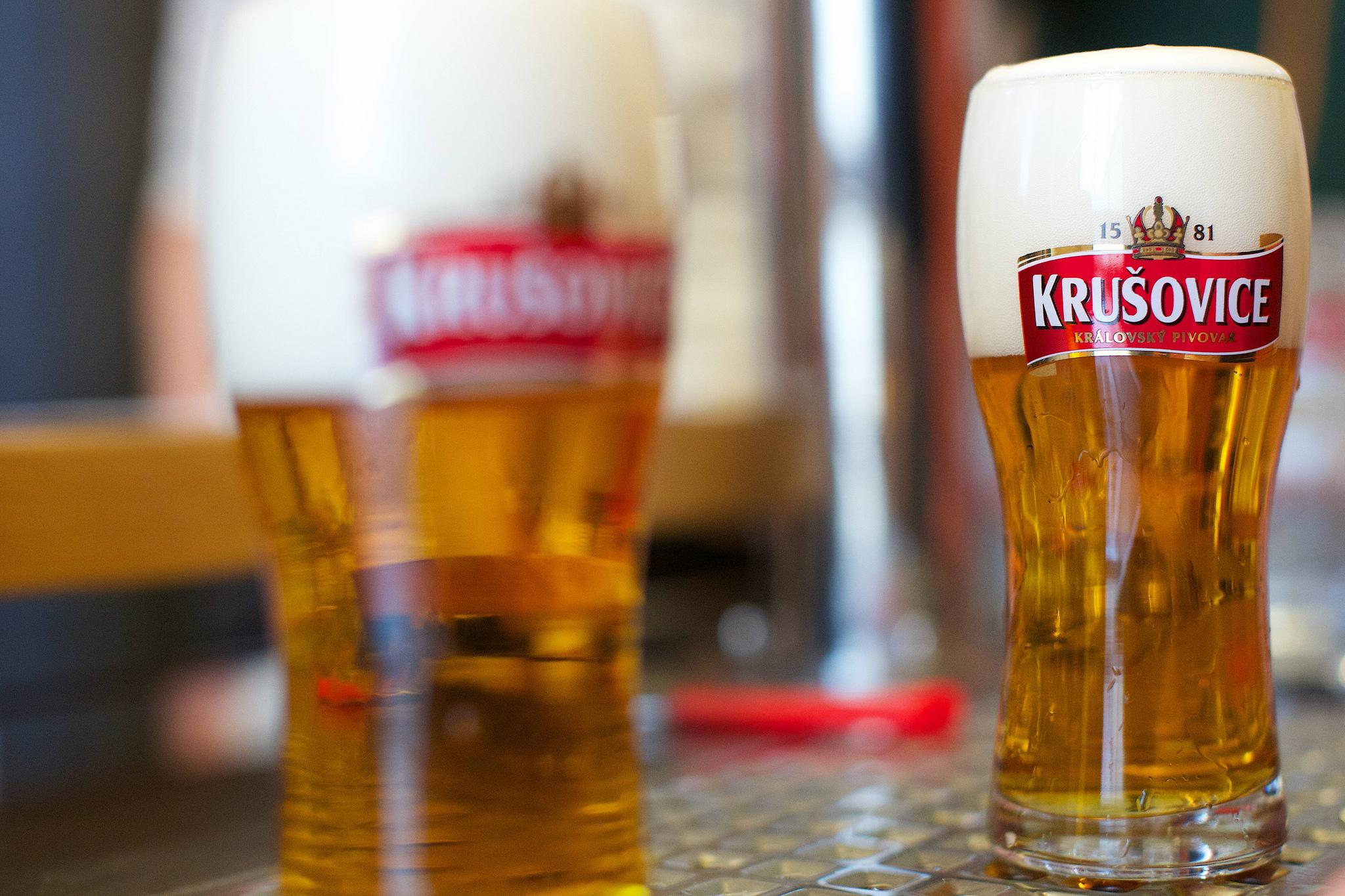 Обычно «Крушовице» пьют из высоких стаканов с «талией»,… Источник https://ready2travel.ru/