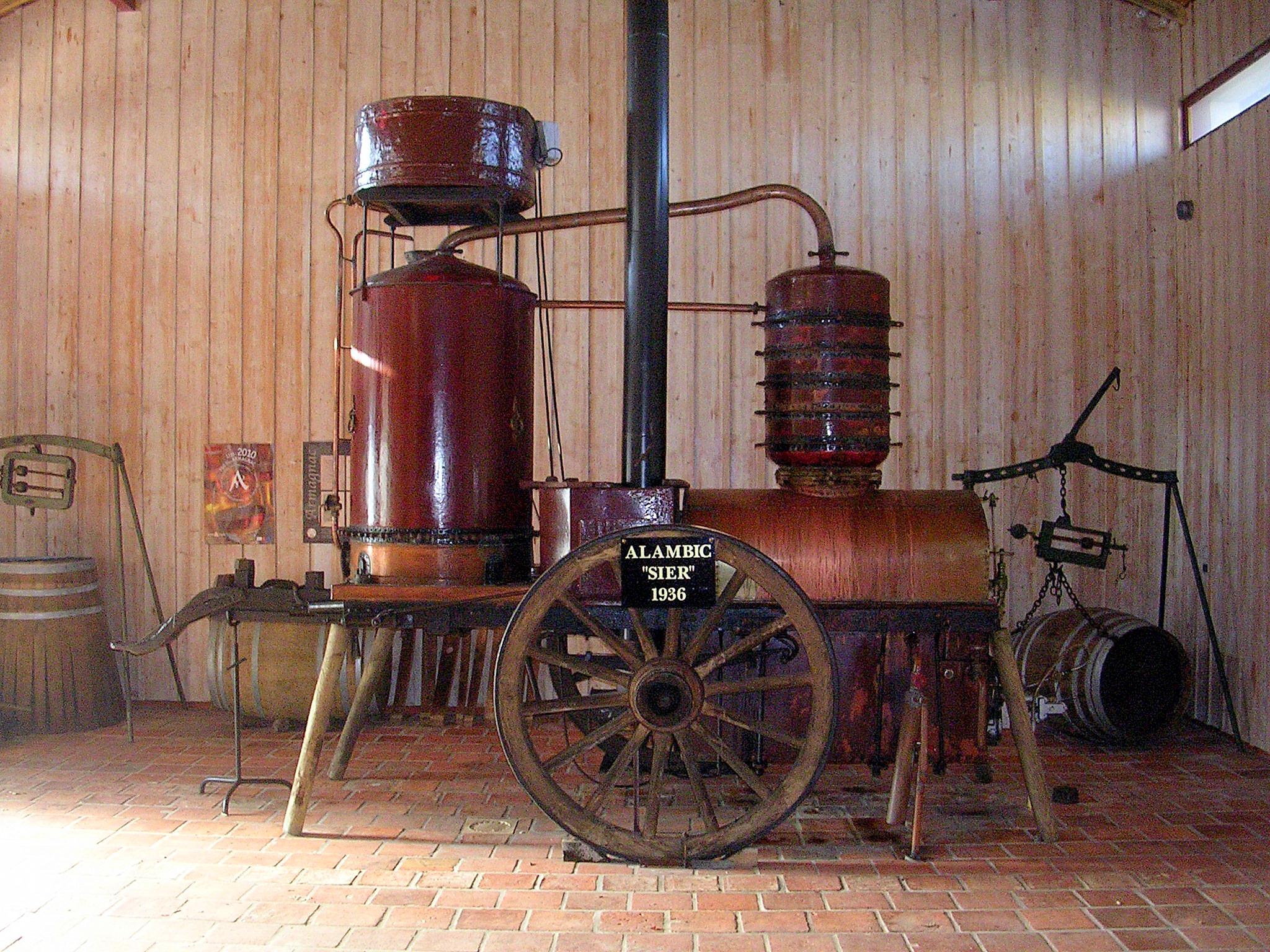 Аппарат для дистилляции арманьяка называется аламбик, причем самый известный аламбик «Сьер» (1936) похож на паровозик. Источник https://upload.wikimedia.org/