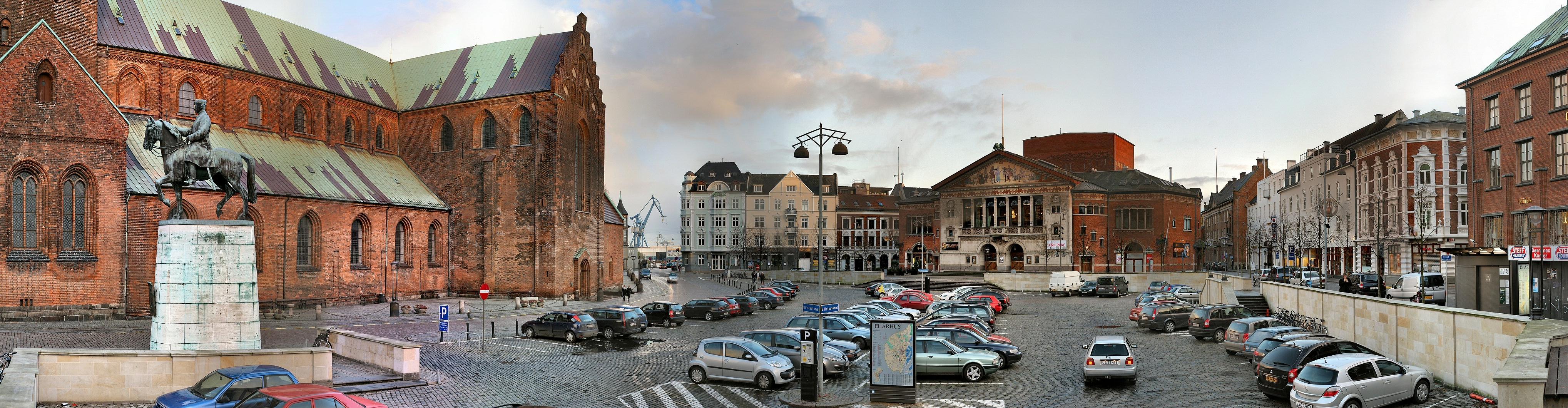 Центр Орхуса. Слева – Кафедральный собор и памятник королю Христиану Х, на дальнем плане в центре – здание театра.