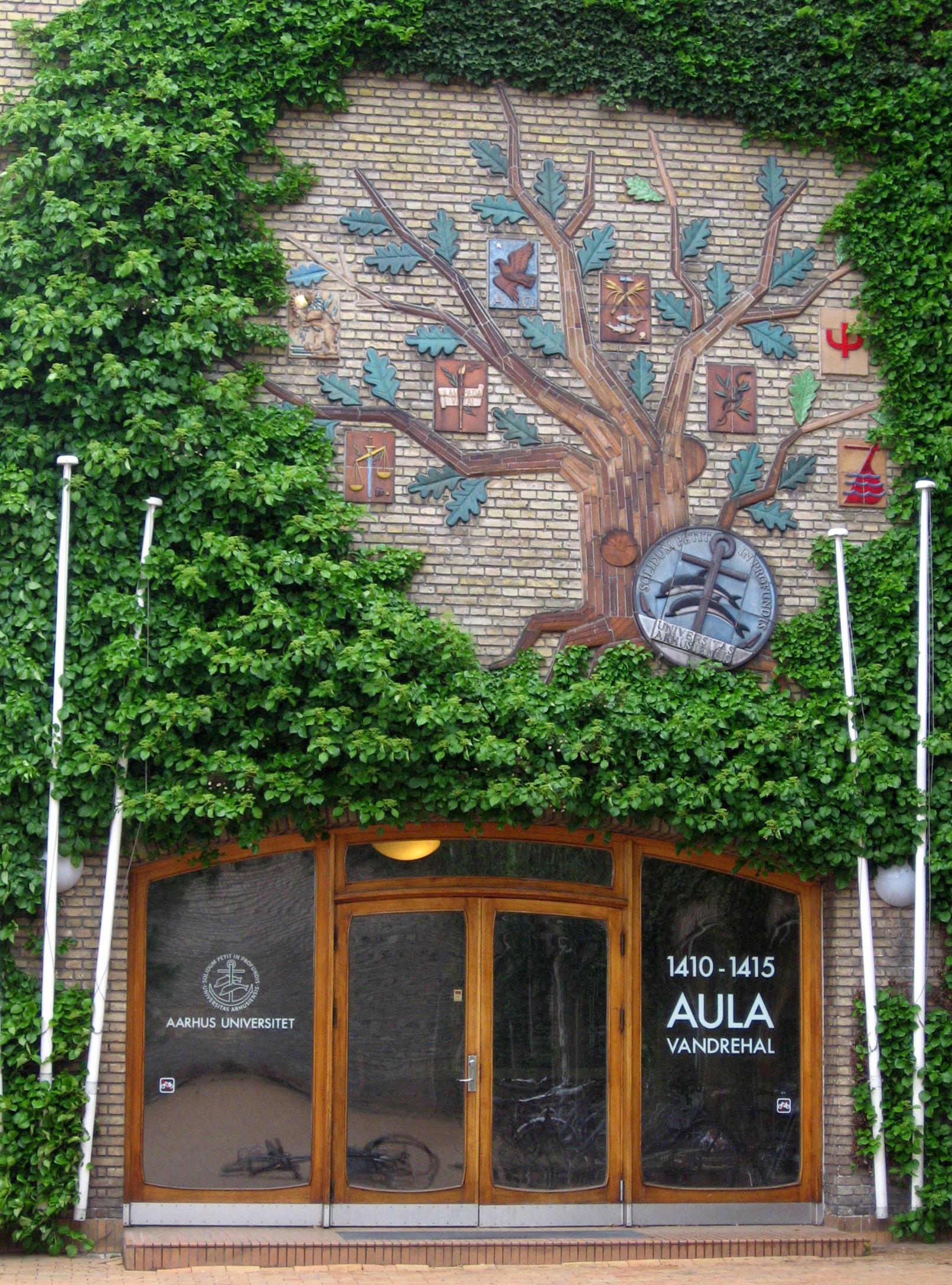Вход в одно из университетских зданий Орхуса.