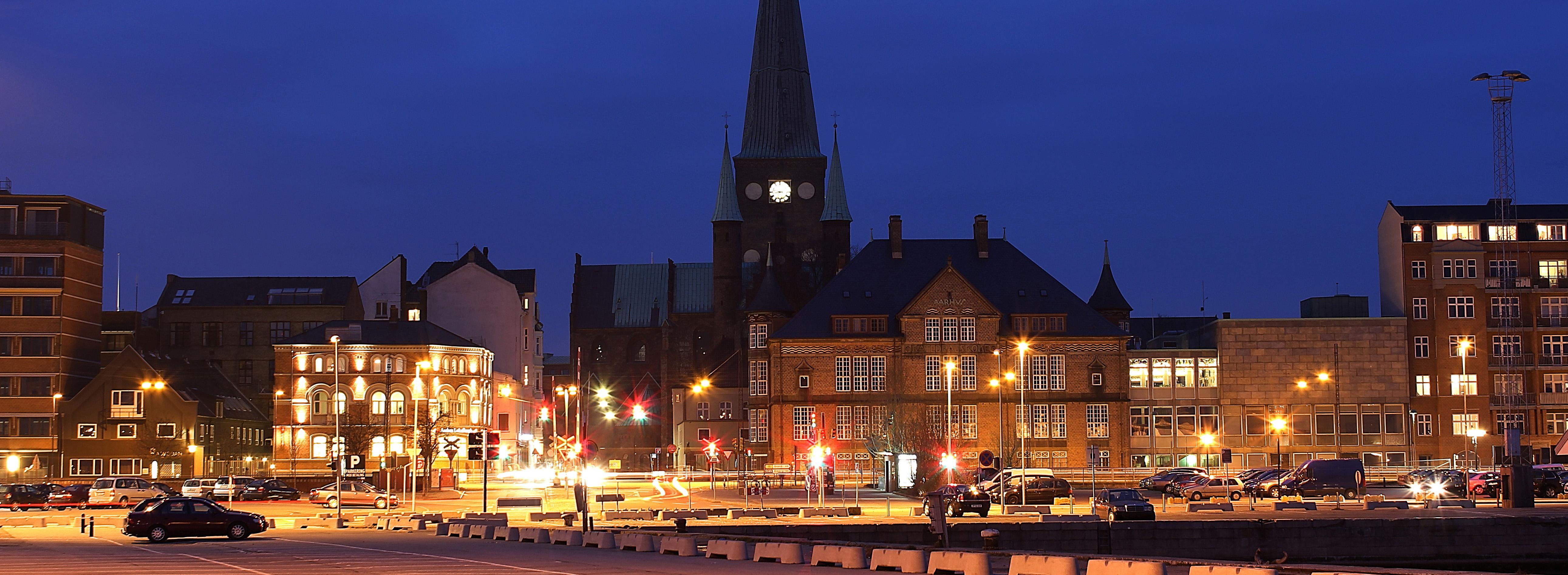 Ночной вид Кафедрального собора Орхуса.