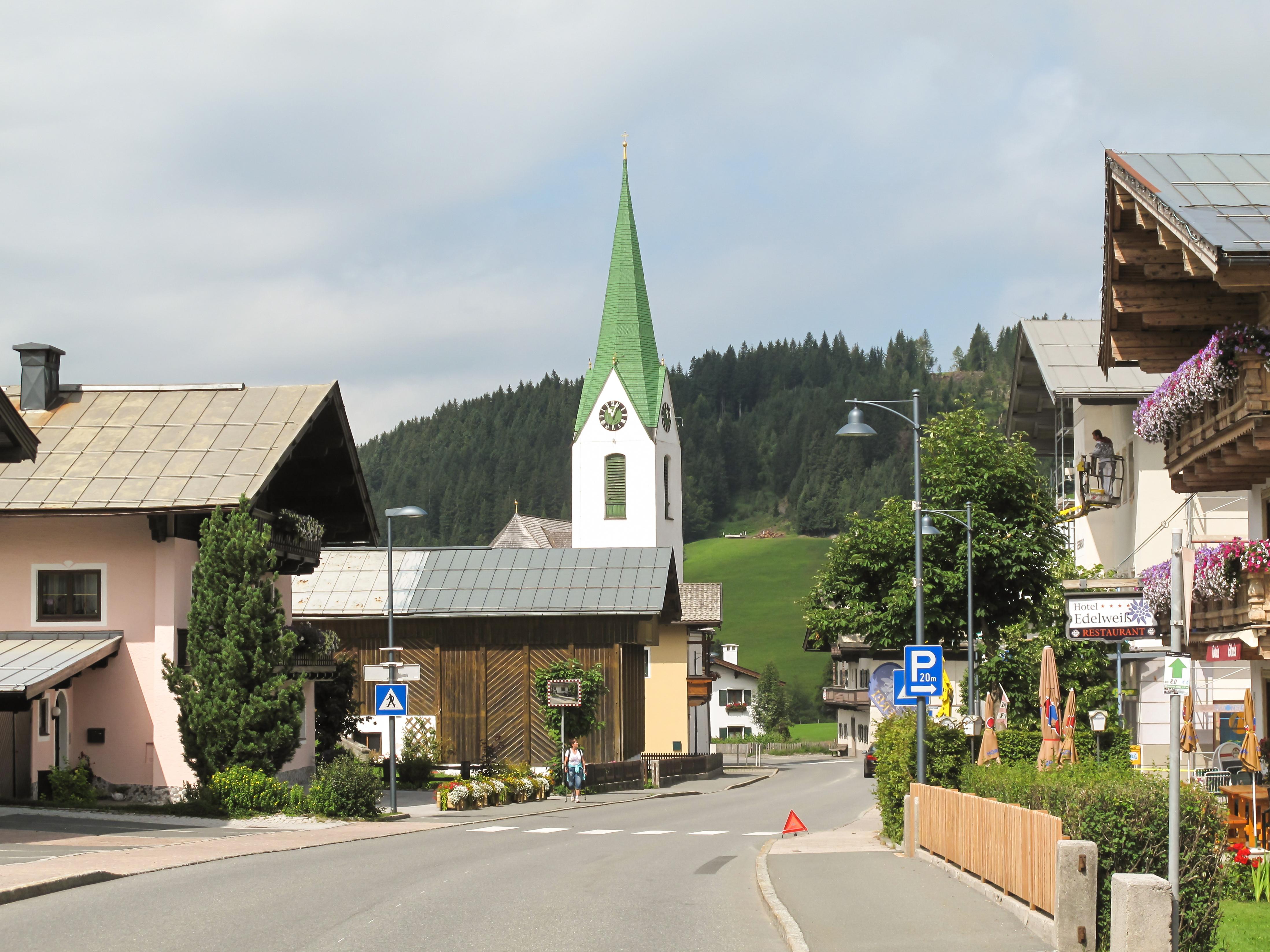 Главная улица Хохфильцена. Летом здесь тихо, а в эти зимние дни будет очень шумно… Источник https://upload.wikimedia.org/