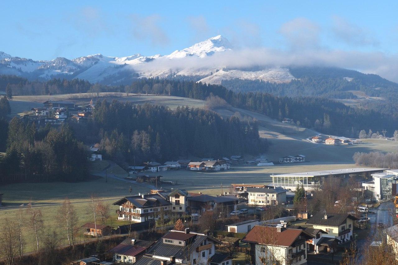 Летний вид из Хохфильцена на Тирольские горы. Летом здесь готовятся к сезону лыжники и биатлонисты, в том числе, российские. Источник  http://cs629519.vk.me/