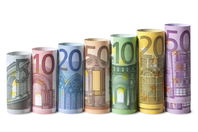 Европейские банкноты разного номинала отличаются размером, цветом и архитектурным стилем изображенных на них вымышленных объектов. Источник http://elitefon.ru/