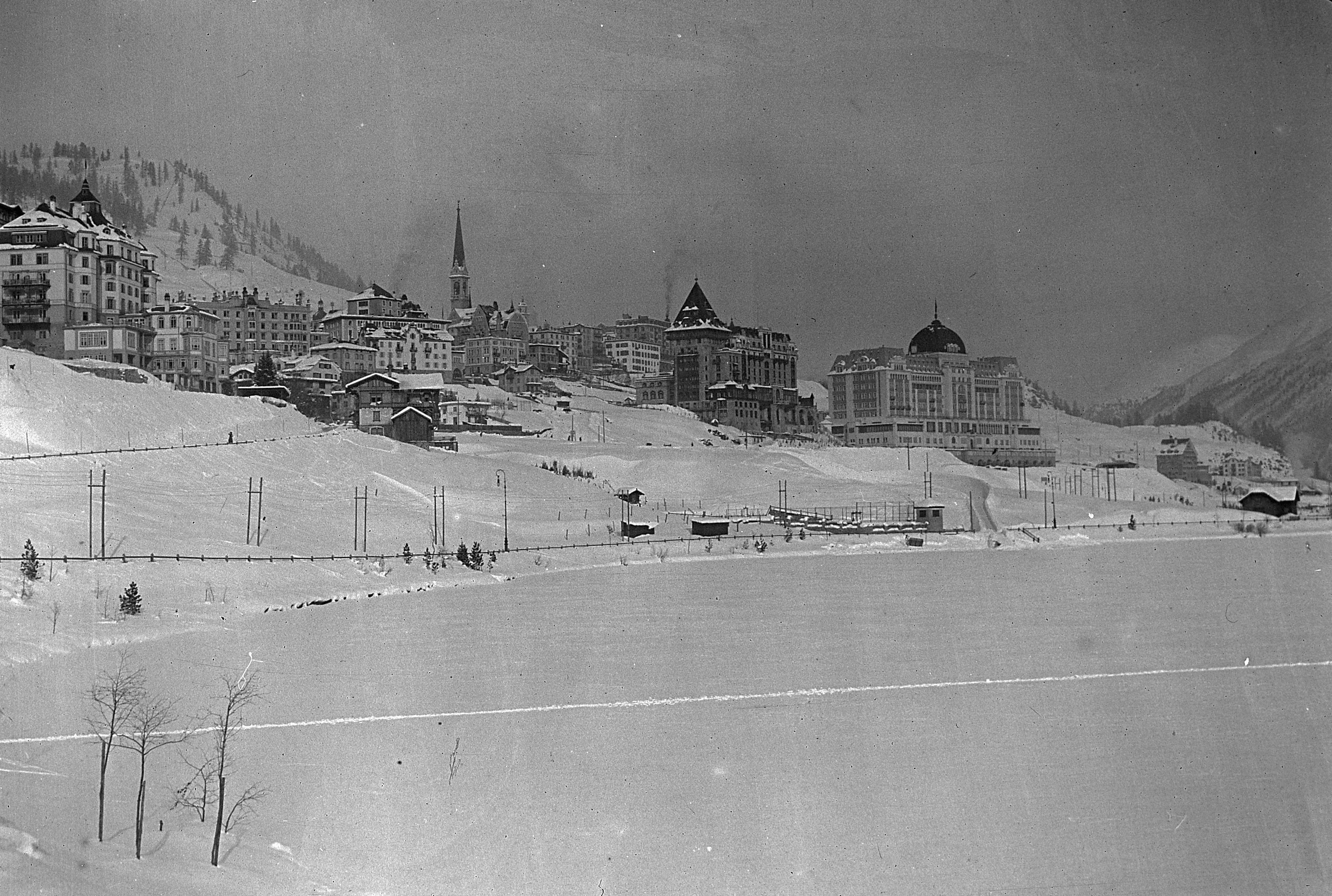 Сто лет назад здесь на удивление многим уже построили первые крупные отели. Фото 1917 года. Источник https://upload.wikimedia.org/