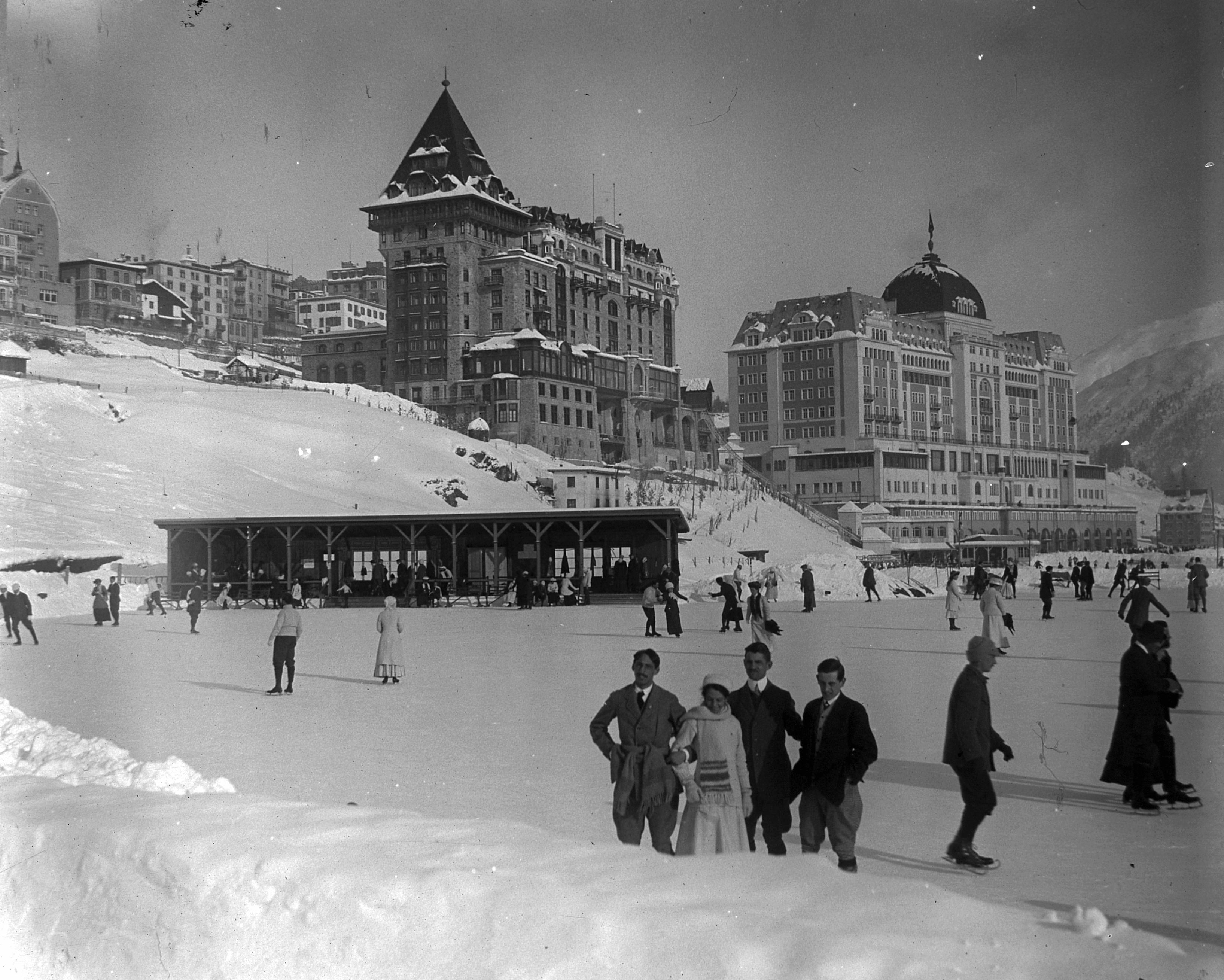 Коньковый спорт сто лет назад был не менее популярен в Санкт-Морице, чем горнолыжный. Фото 1917 года. Источник https://upload.wikimedia.org/