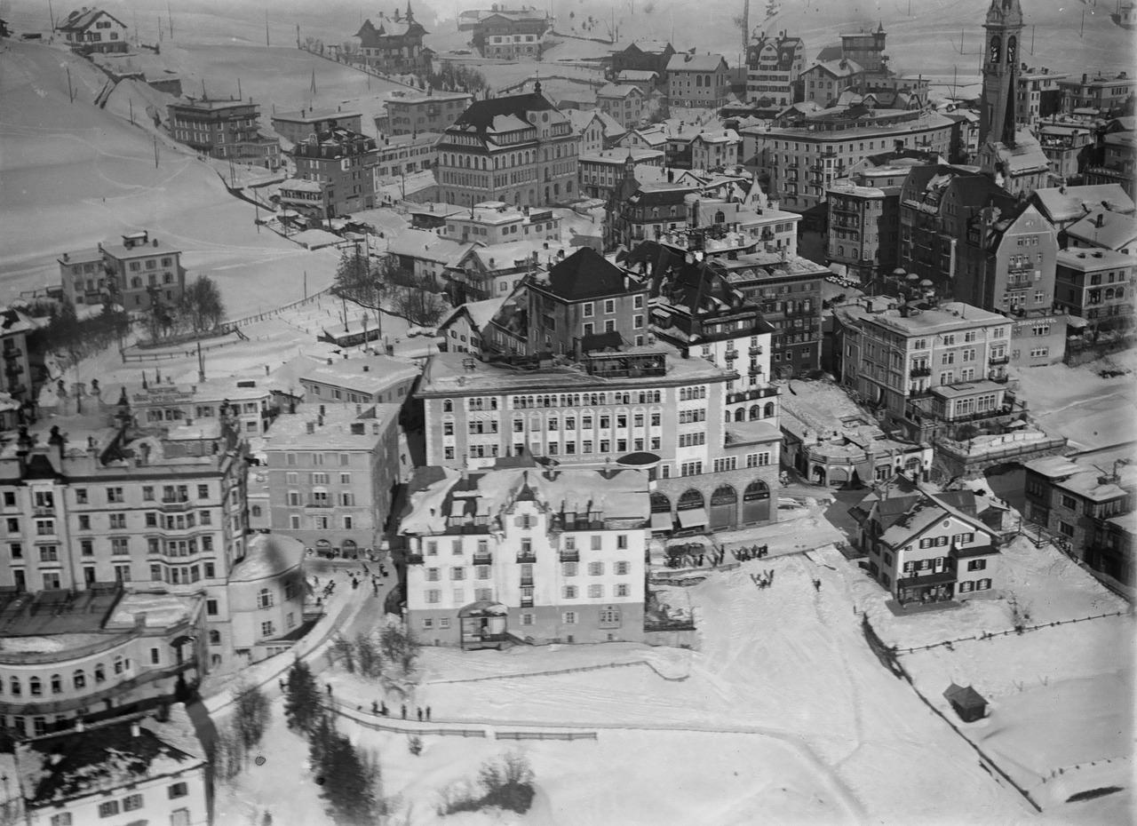 Так выглядел Санкт-Мориц в 1919 году. Именно развитая инфраструктура этого курорта стала одним из аргументов в пользу эксперимента с проведением самостоятельных Зимних Олимпийских Игр. Источник https://upload.wikimedia.org/