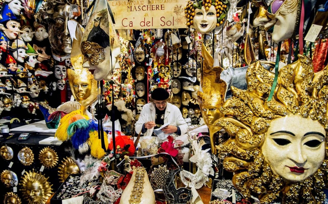 Продавец масок. Источник http://www.telegraph.co.uk/