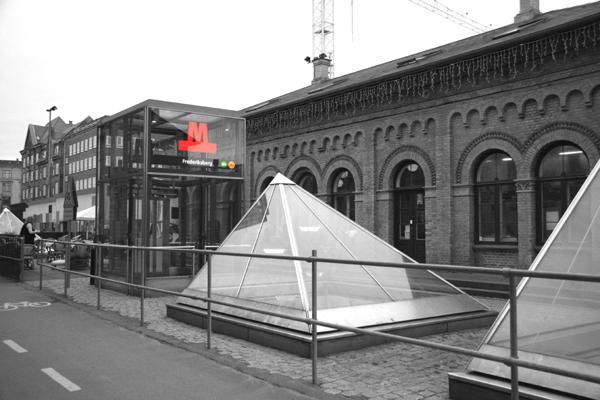 Через такие пирамиды в метро днём попадает естественный свет. Источник фото http://mir-vpechatleniy.ru/
