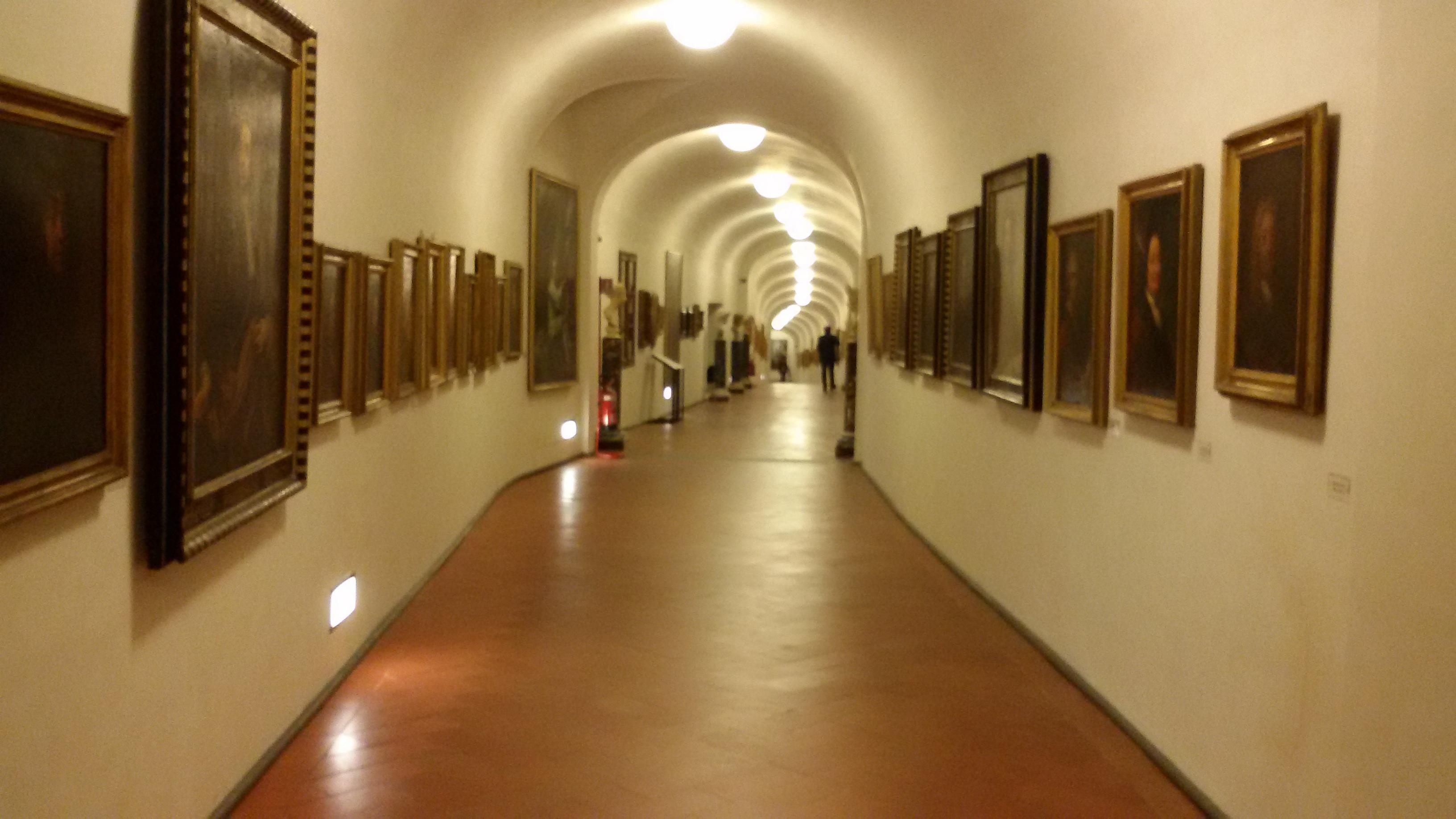 Коллекция автопортретов внутри коридора Вазари. Источник https://upload.wikimedia.org/