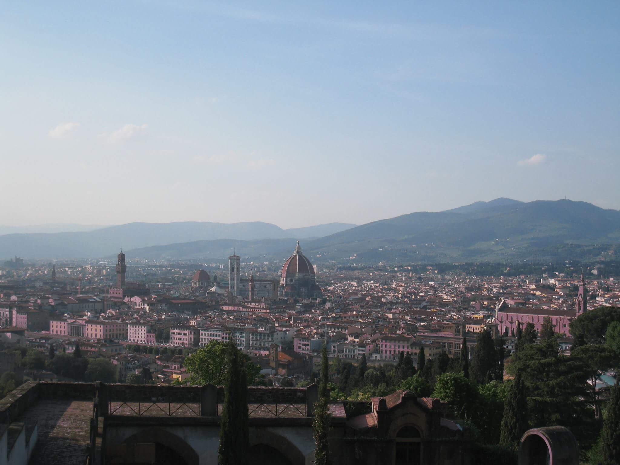 Собор выглядит непропорционально большим на фоне исторической части Флоренции.