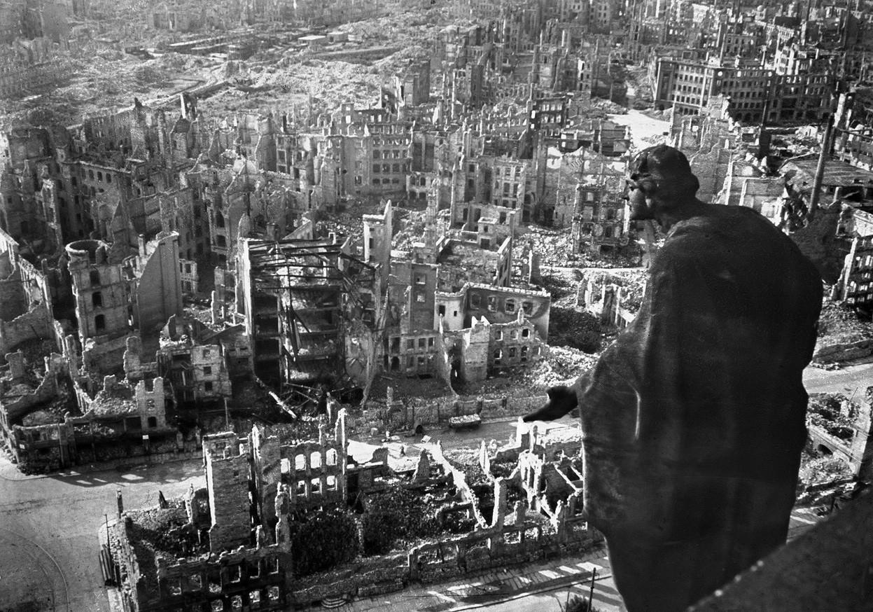 Дрезден, 1945. Вид с ратуши на развалины Дрездена. Справа – скульптура Августа Шрайтмюллера «Добро». Фото АР. Источник http://img-fotki.yandex.ru/