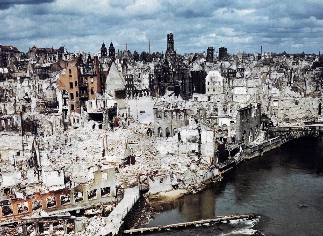 Нюрнберг, 1945. Хорошо видны все три почерневших от пожара исторических собора, два из которых сильно разрушены. Фото АР. Источник https://s-media-cache-ak0.pinimg.com/